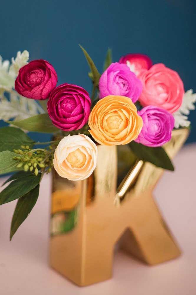 Uma opção mais luxuosa, com destaque para a única rosa em vinho, alinhada ao dourado do vaso