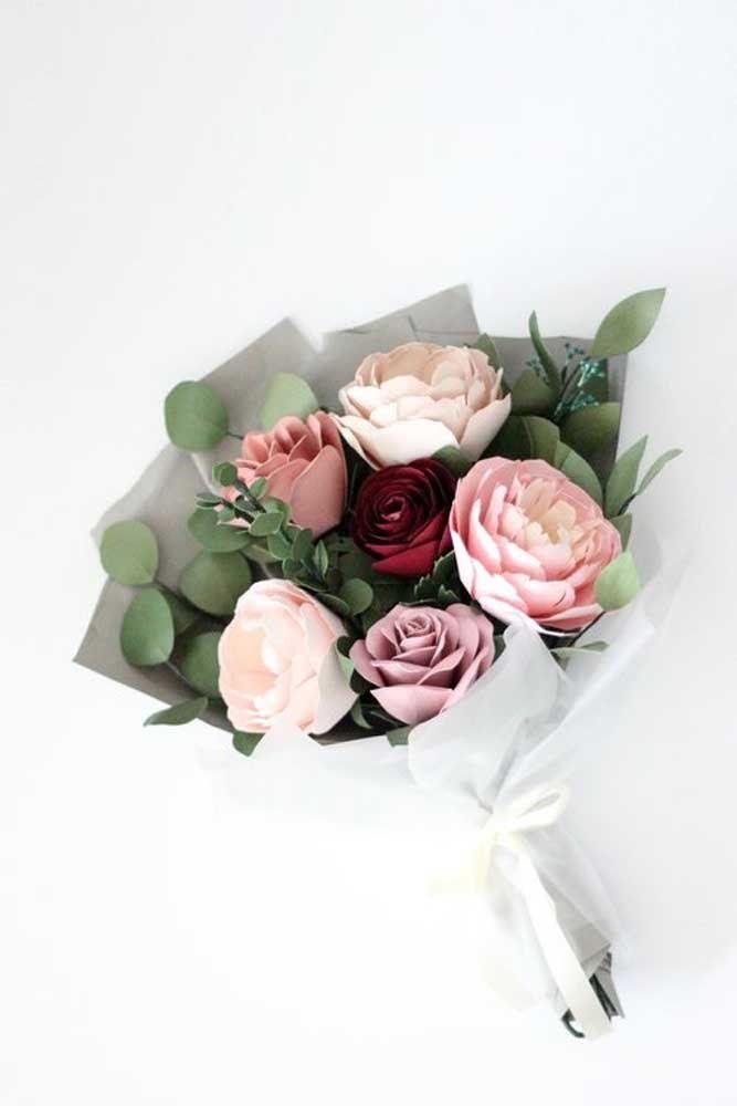 Flores pequenas e azuis dão graça a esse arranjo que leva musgo dentro do vaso, uma opção que também o torna mais real