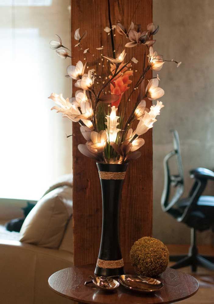 Um lindo buque para presentear; repare nas fitas que receberam as mesmas cores das flores