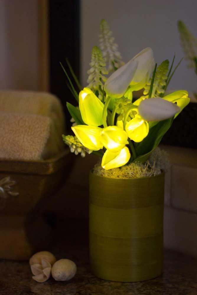 Arranjo pequeno com flores artificiais; repare na leveza do material que torna quase imperceptível o detalhe que as flores não são naturais