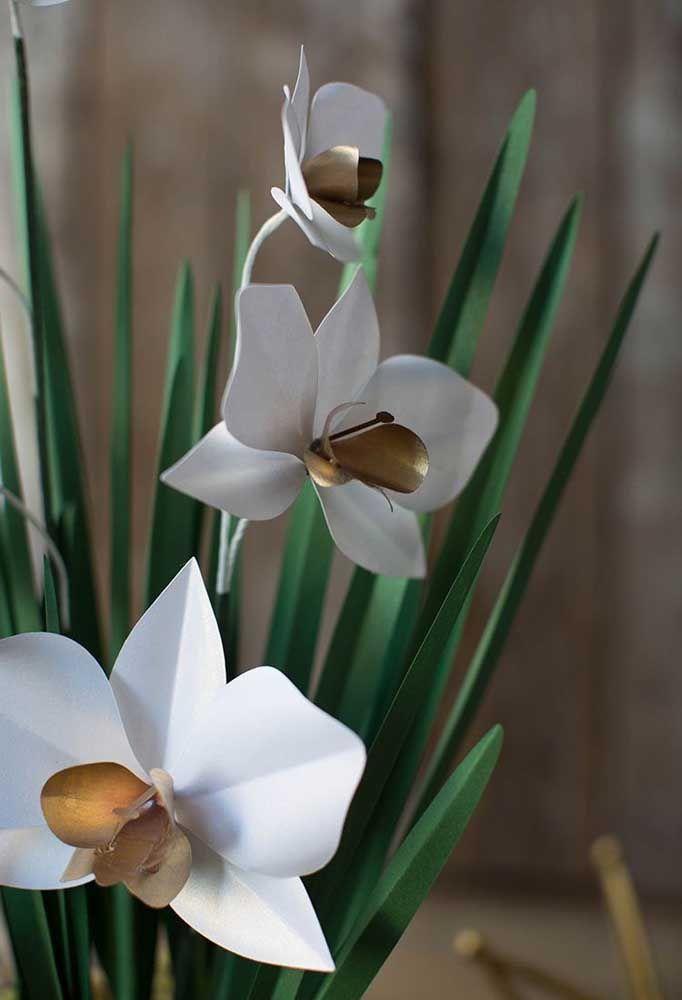Copos de leite e hortênsias para o arranjo de flores artificiais de mesa