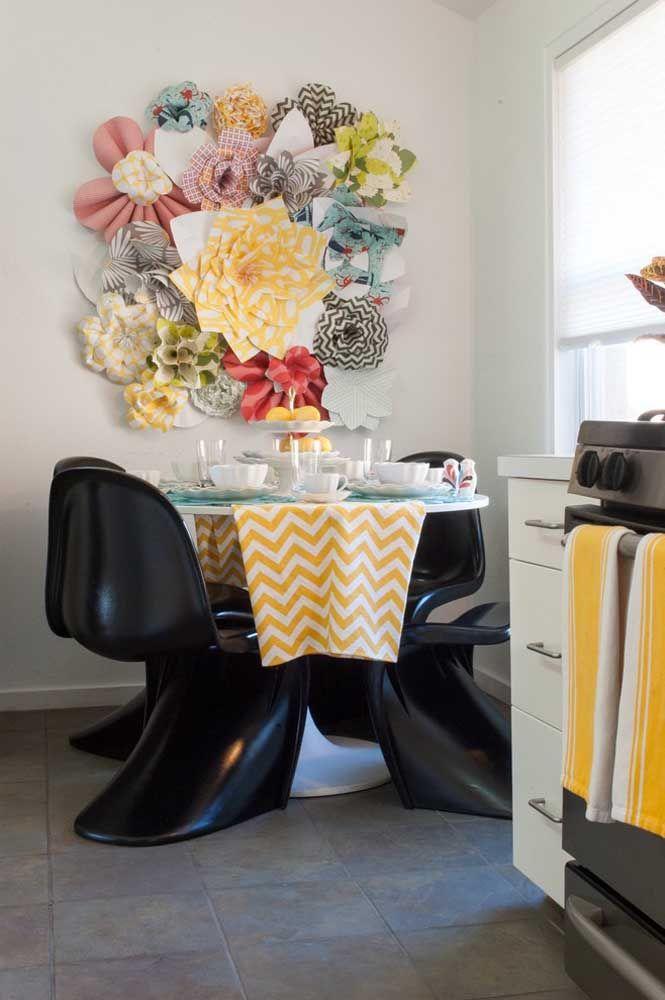 Leve o clássico para a mesa do escritório ou o criado mudo com esse arranjo artificial de luxo