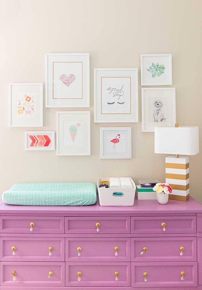 Na parede do quarto você pode fazer uma decoração usando apenas alguns quadros com diferentes desenhos.