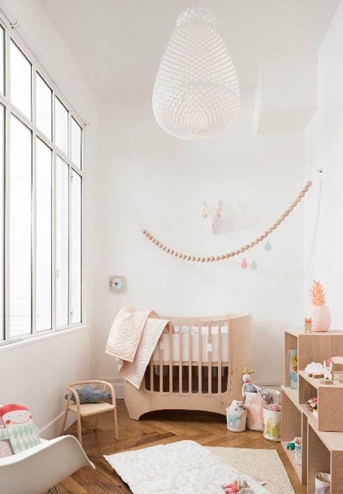Que tal fazer uma decoração mais rústica para o quarto de bebê feminino? Para isso, use móveis de madeira.