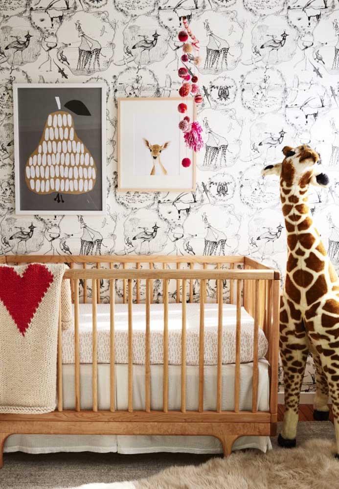 Uma boa ideia é usar um tema para decorar o quarto de bebê. Nesse caso, a girafa foi a escolhida para ser o grande destaque da decoração.