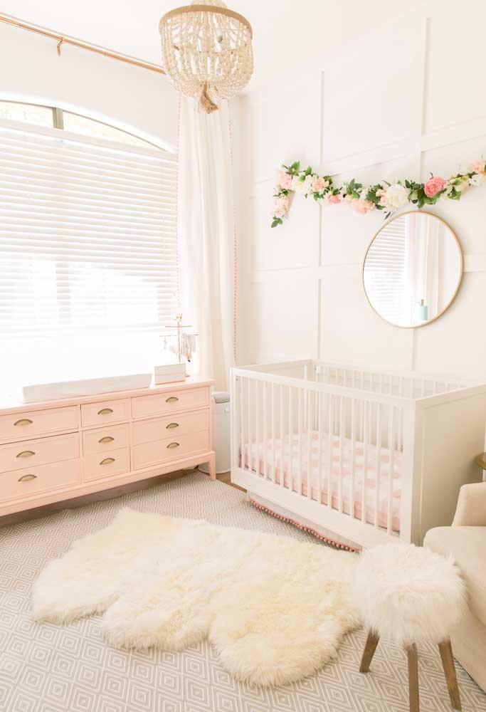 Como um lindo tapete e uma luminária diferente podem transformar a decoração de um quarto de bebê.