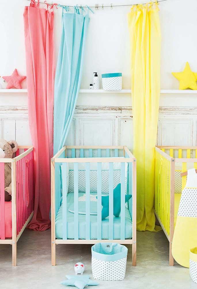 Como que faz para decorar um quarto de trigêmeos? Aposte em uma decoração totalmente colorida.
