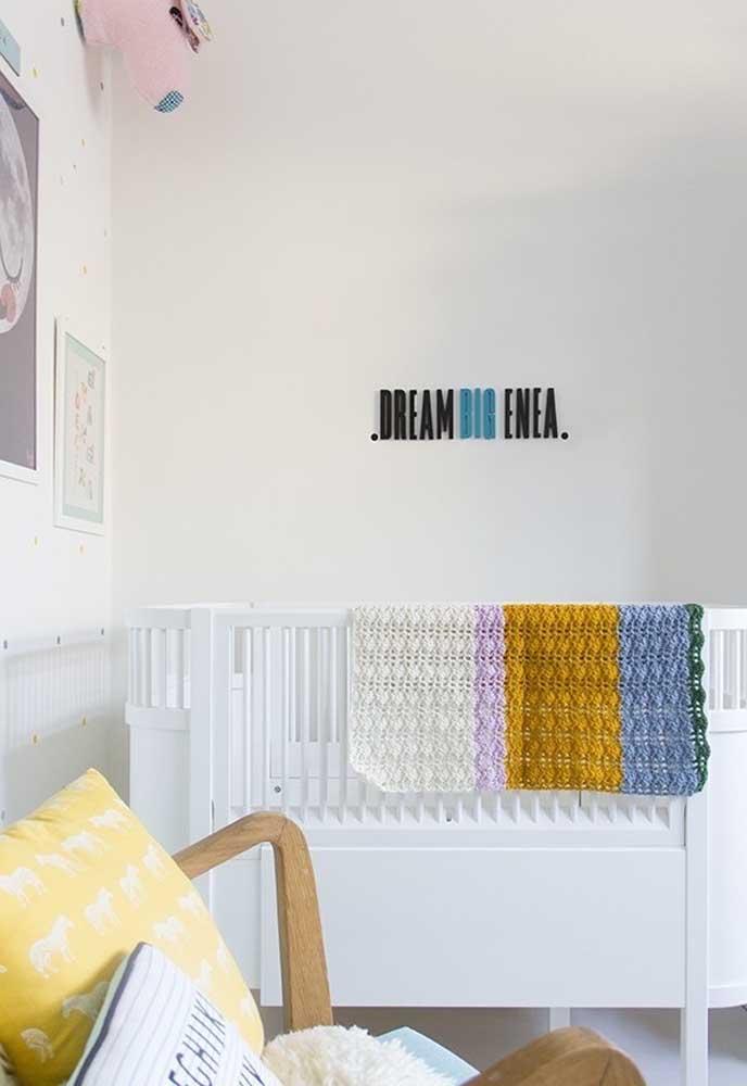 O que acha de fazer um quarto totalmente branco para o seu bebê? Alguns elementos coloridos podem servir apenas como detalhe da decoração.