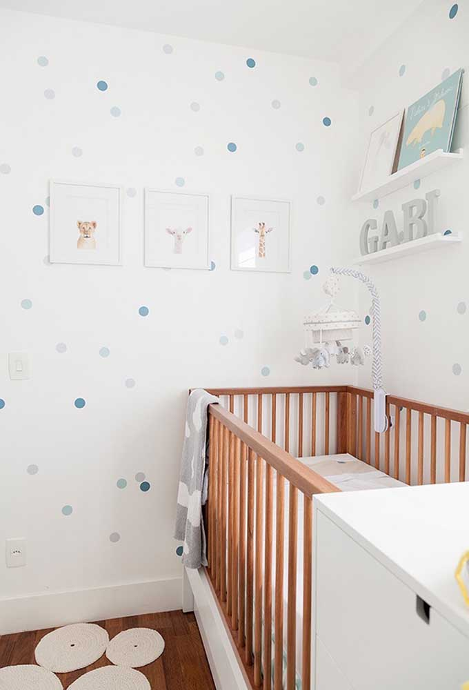 Não exagere na hora de escolher o papel de parede para o quarto do bebê. Prefira os modelos mais suaves e tranquilos.