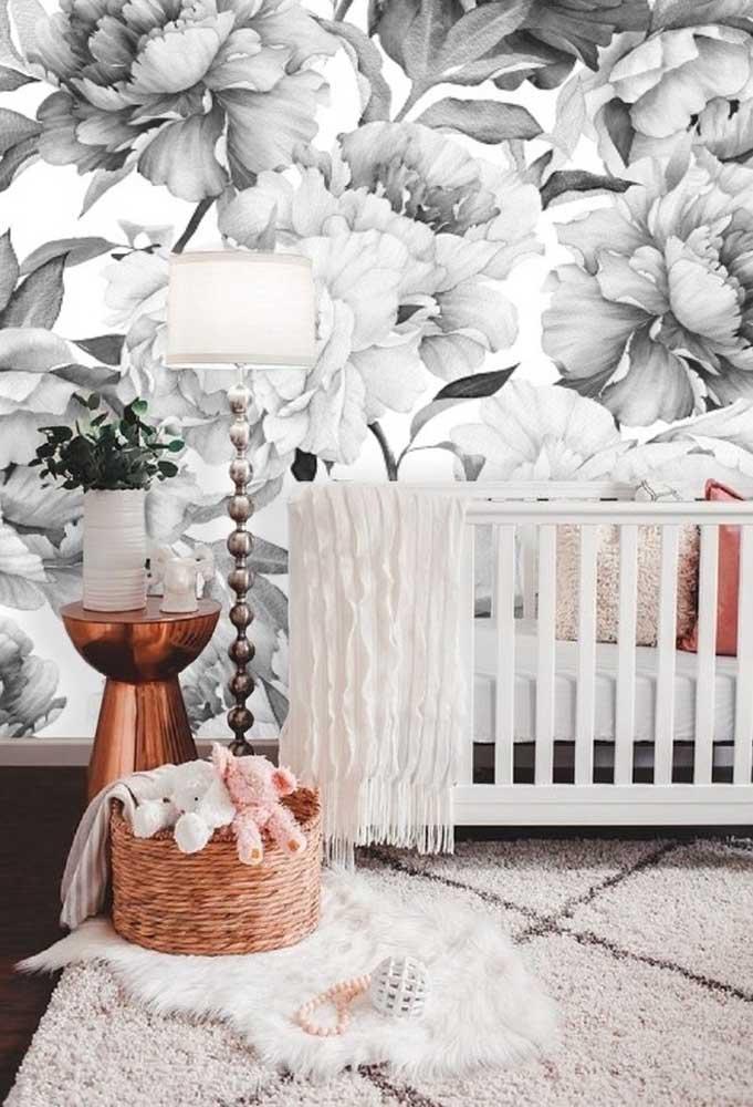 Se você quer algo para chamar atenção no quarto de bebê, use um papel de parede com desenhos florais.