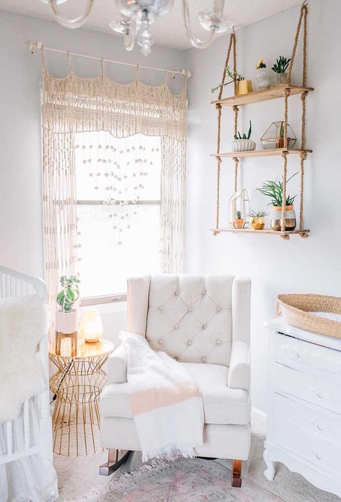 Que tal investir em um objeto artesanal para decorar o quarto de bebê? Uma boa opção é a cortina feita de linha ou crochê.