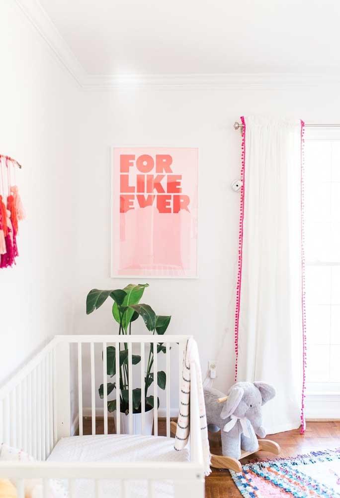 Na hora de escolher os elementos decorativos do quarto faça combinações de cores como o detalhe dessa cortina.