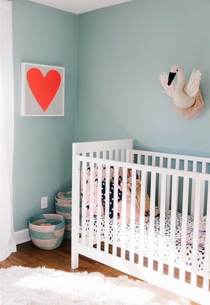 Já pensou em usar um tom de cor azul para decorar o quarto de bebê feminino? Você pode colocar um quadro com o formato do coração para deixá-lo mais delicado.