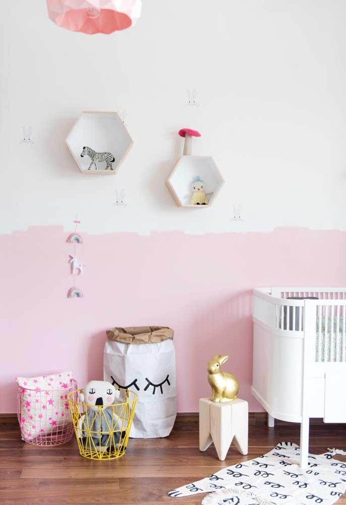 Se você achar interessante pode usar duas cores na parede do quarto. No caso do quarto de bebê feminino, pode usar as cores branca e rosa.