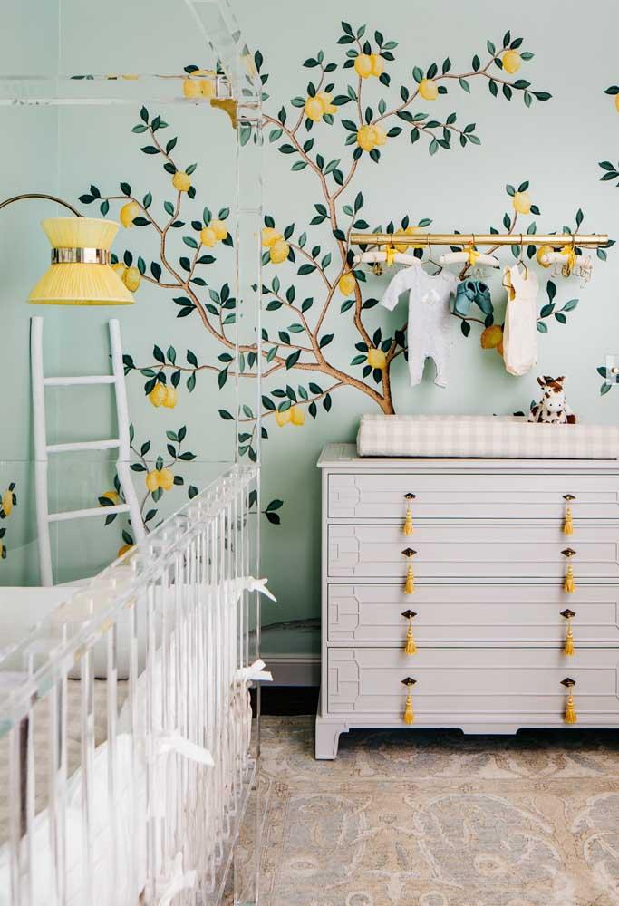 Ao invés de usar papel de parede, invista em uma pintura na hora de decorar o quarto do bebê.