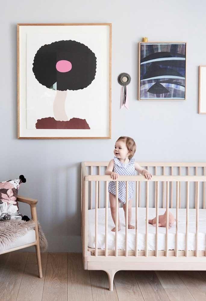 O berço de madeira ainda é muito usado no quarto do bebê porque combina com a maioria das decorações.