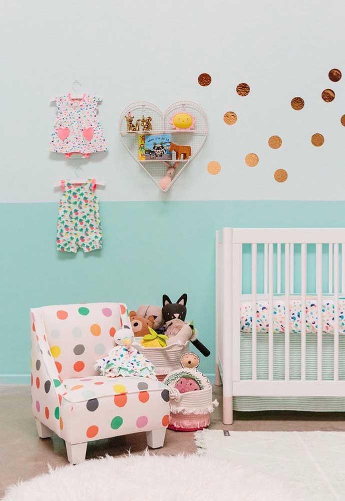 Já pensou em usar as próprias roupas do bebê para fazer a decoração do quarto?