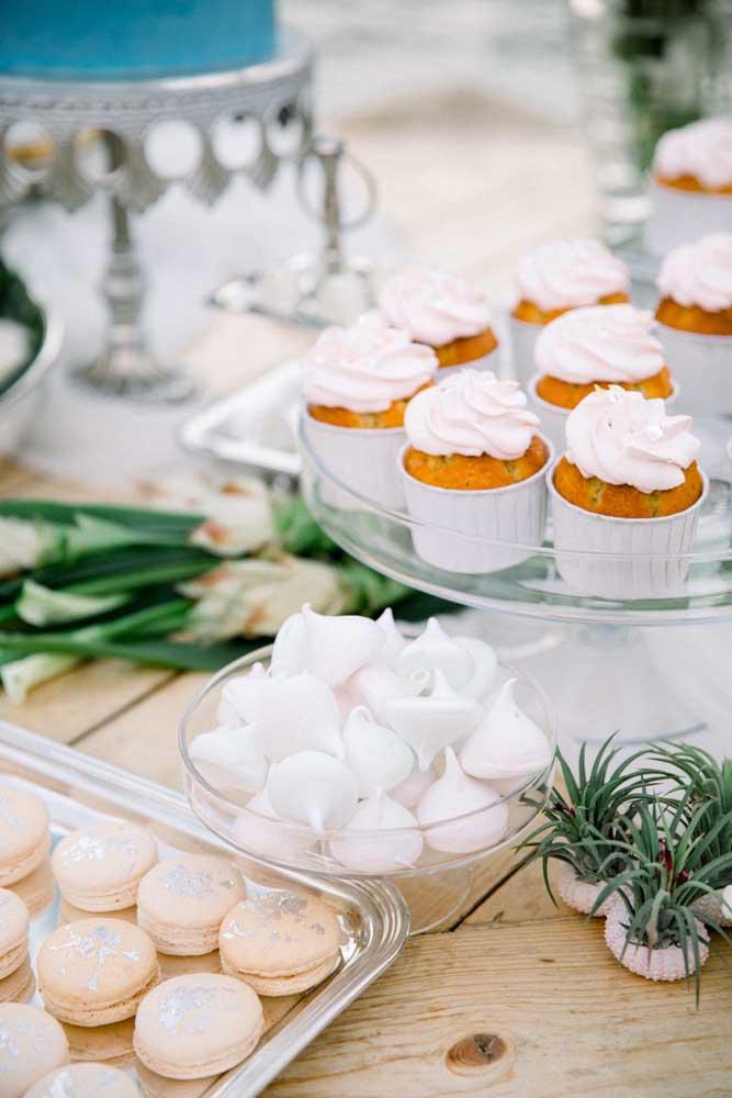 O branco predomina na decoração dessa mesa de guloseimas