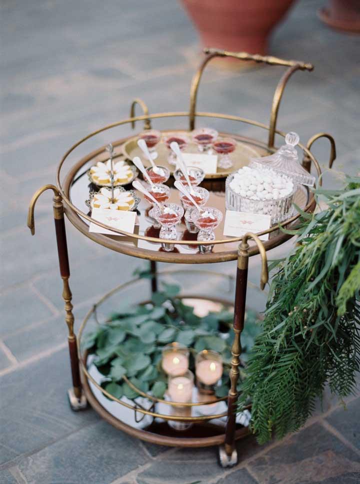 Poucos convidados? Ao invés de uma mesa de doces monte um carrinho de doces, veja como ele acomoda com delicadeza as guloseimas da festa