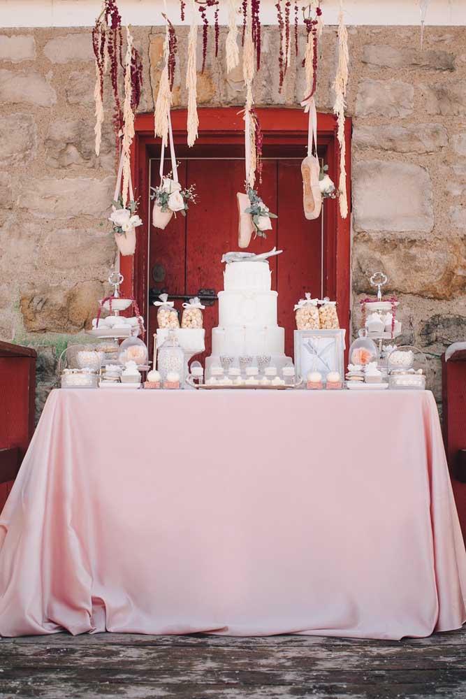 """A festa com tema """"bailarina"""" trouxe uma mesa de doces que mescla o rústico com o delicado em tons de branco e rosa suave"""