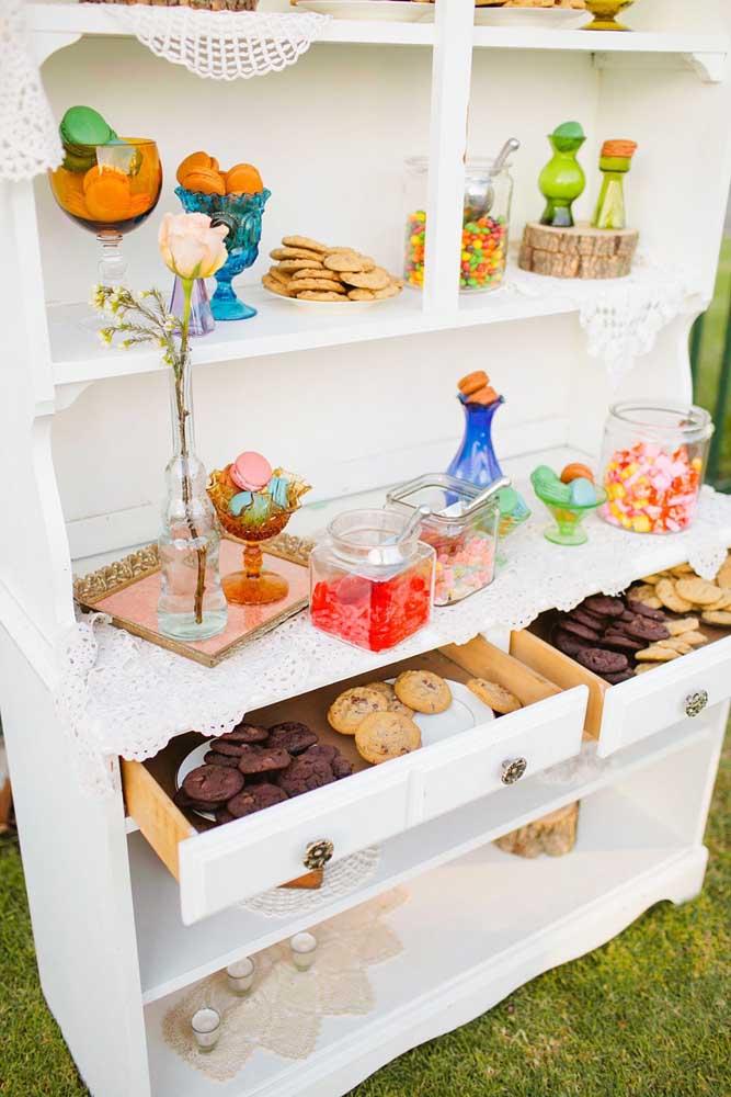 A mesa de doces não precisa necessariamente ser uma mesa, pode ser uma cristaleira, como essa da imagem