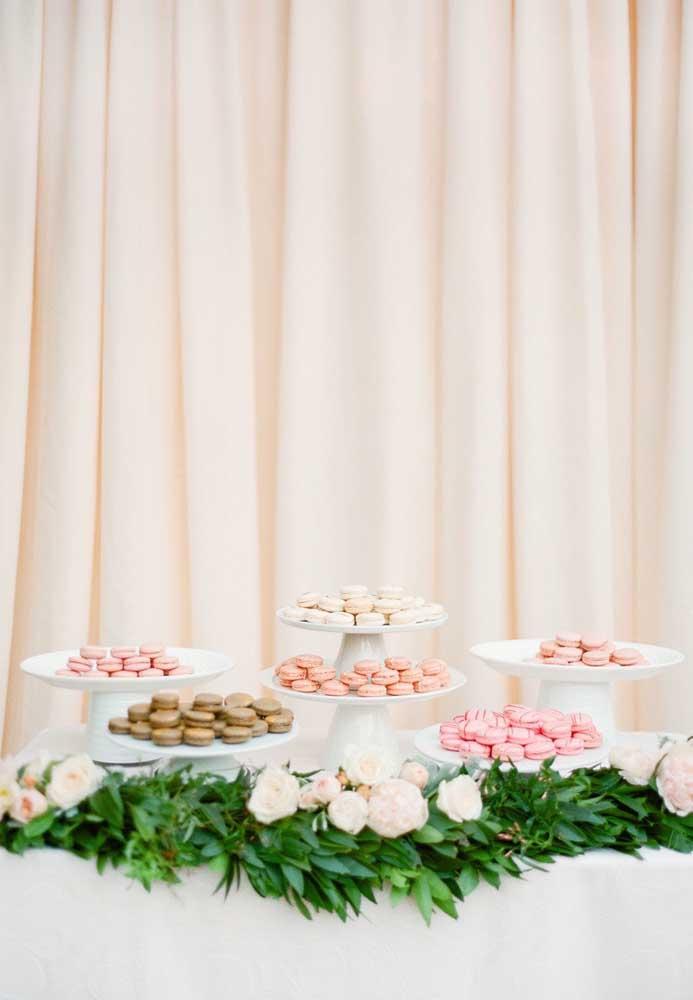 Simplicidade e elegância se misturam nessa mesa só de macarons