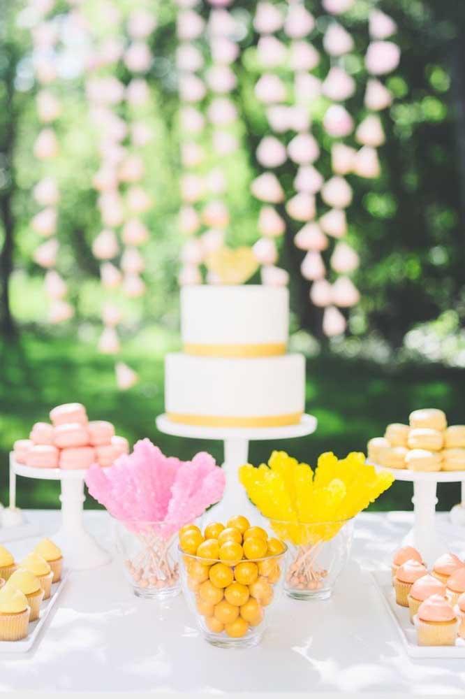Aqui, mesa de doces e mesa do bolo se tornou uma coisa só