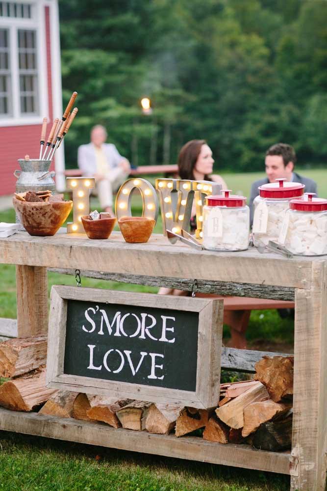 O letreiro iluminado com a palavra love deu um toque especial a mesa de guloseimas rústica