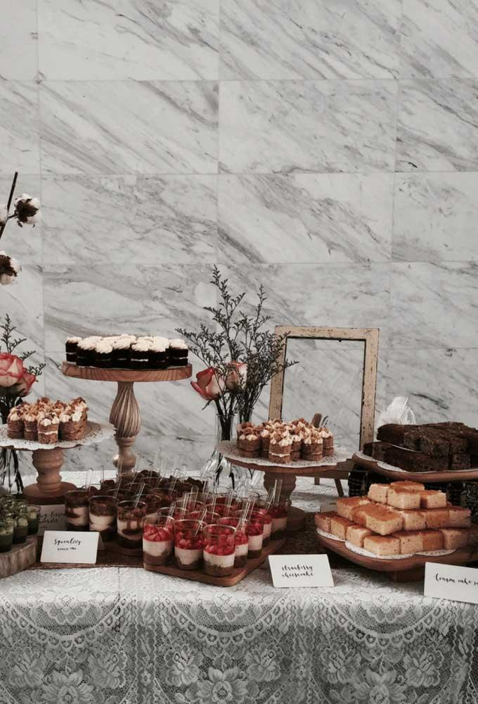 Bolos e tortas garantem a beleza e o sabor dessa mesa de guloseimas charmosa