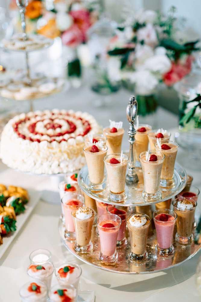 Evite usar potes de vidros em mesas de guloseimas infantis; deixe esse tipo de recipiente para festas de adultos ou de casamento