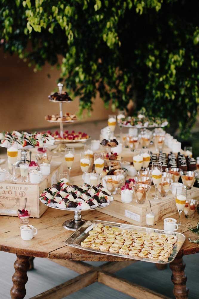 O toque de classe e refinamento dessa mesa fica por conta das taças recheadas com doces