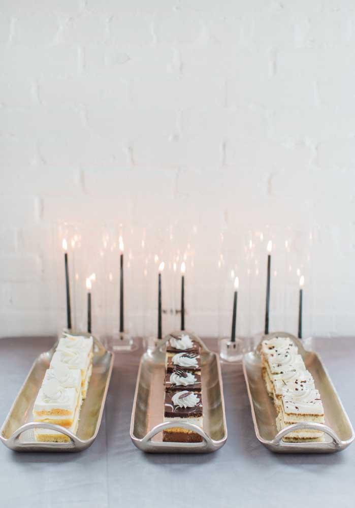 Simples e linda: essa mesa de guloseimas traz apenas três bandejas de bolos decoradas com velas