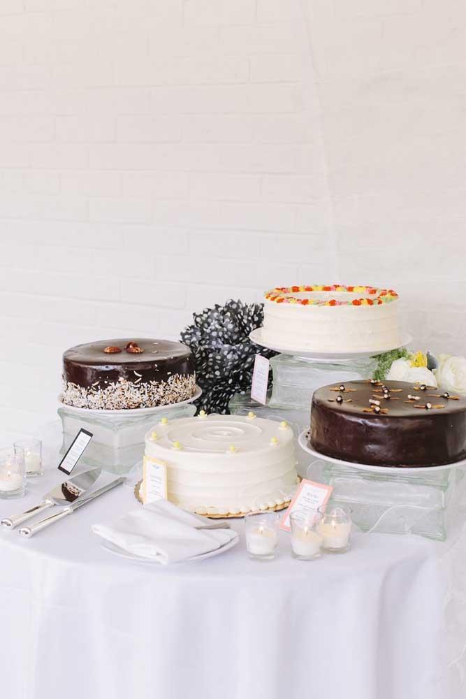 Uma opção é apostar em diferentes tipos de bolos para a mesa de guloseimas, ao invés de vários docinhos menores