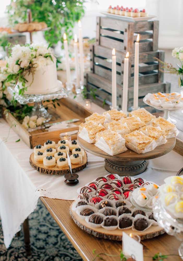 Mesa de guloseimas com doces finos e bem apresentados