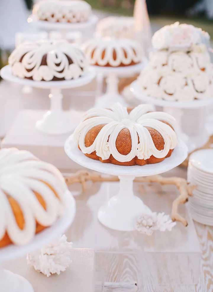 Para criar uma mesa de guloseimas sofisticada aposte em docinhos com cobertura de chocolate, cor dourada e peças de vidro