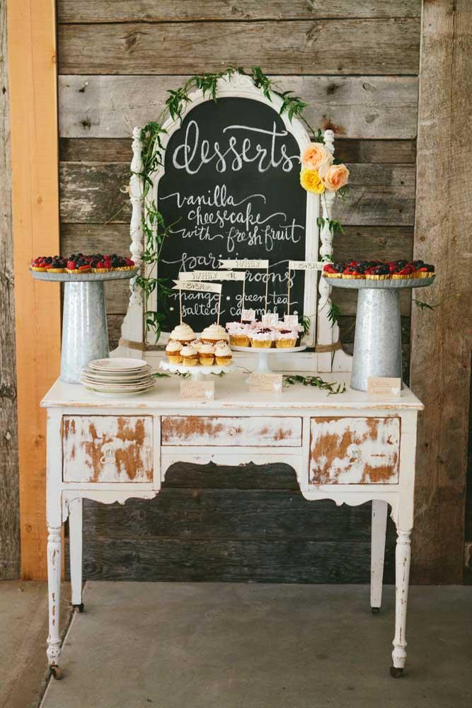 """E se """"o amor é doce"""" nada melhor do que reforçar essa doçura com uma mesa de guloseimas, só que aqui a mesa deu lugar a prateleiras"""