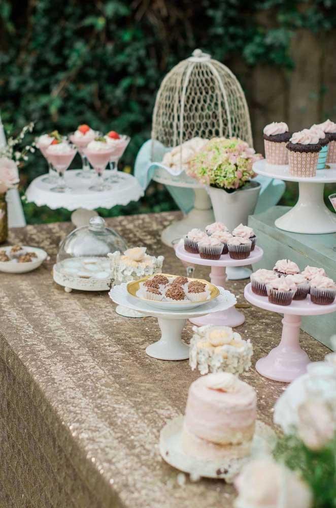 O romantismo dos tons pastéis é uma ótima pedida para mesa de doces de casamento