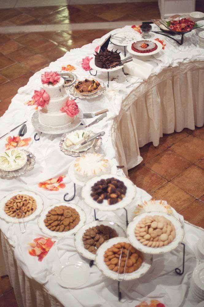 Mesa de guloseimas grande e com opções para todos os gostos