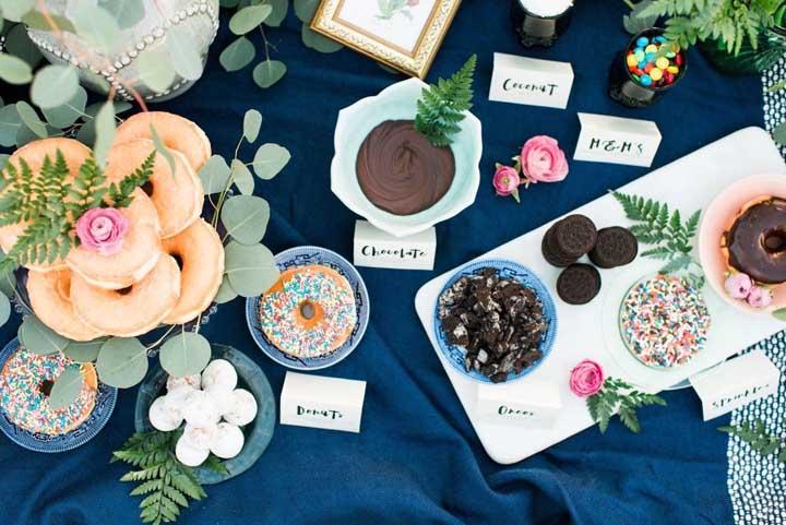 Plaquinhas graciosas descrevem cada guloseima dessa mesa colorida e vibrante