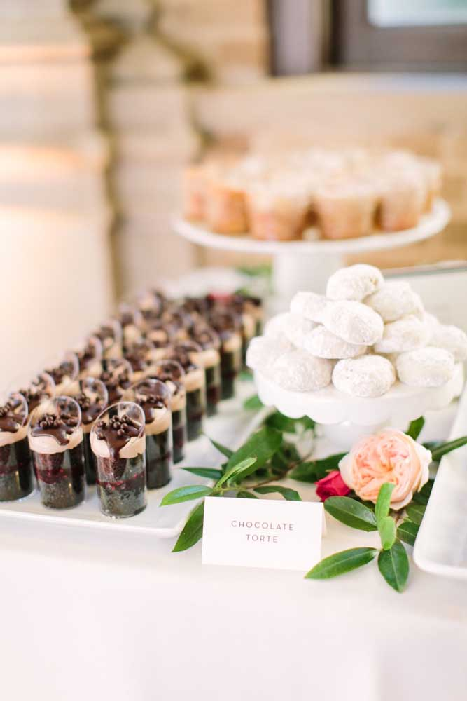 Mesa de guloseimas com mini porções individuais de torta de chocolate no copo