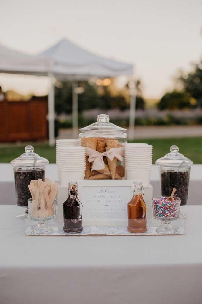 Olha que ideia fácil e deliciosa de mesa de guloseimas: sorvete! Para deixar a mesa ainda melhor, ofereça caldas variadas e opções na casquinha ou no copo