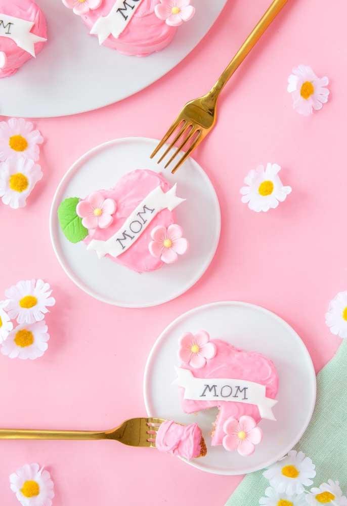 O bolo dia das mães pode ser feito de forma individual, no formato de coração para cada mamãe se deliciar.