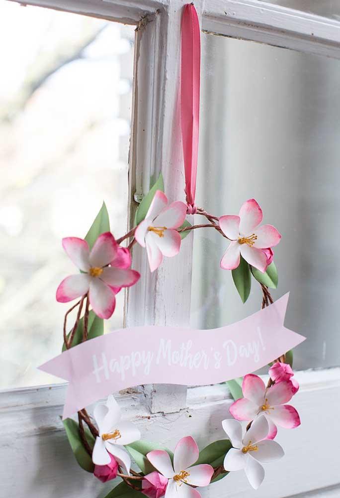 Na decoração do dia das mães você pode preparar uma guirlanda florida para pendurar na janela.