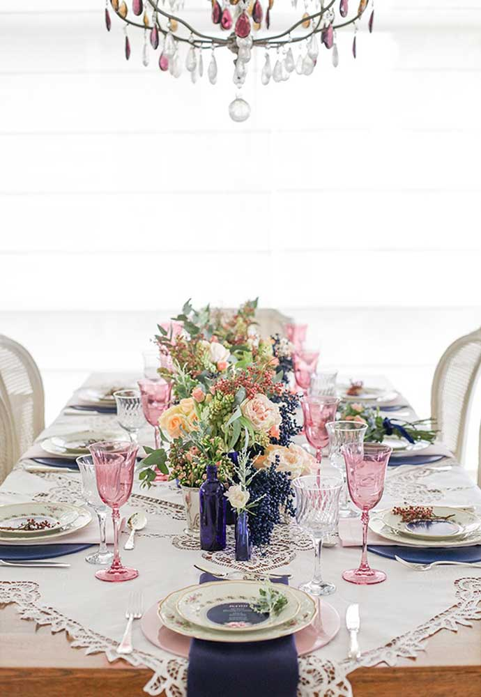 No almoço dia das mães decore a mesa com arranjos florais, copos de cristal e pratos personalizados.