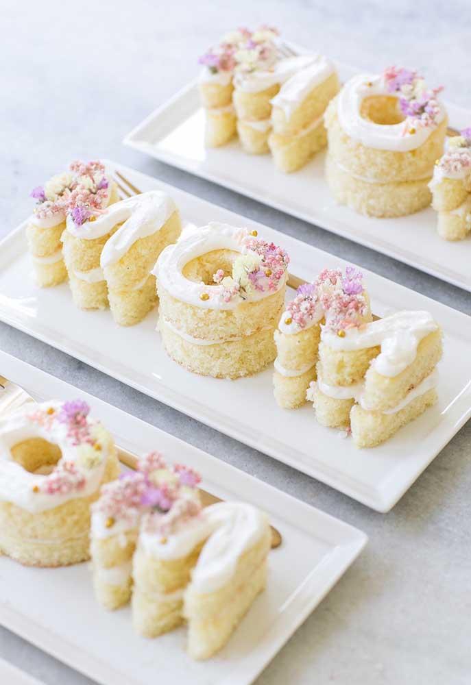 """Olha que decoração mais fofa e deliciosa para o dia das mães. Corte o bolo no formato de letras e forme o nome """"mãe""""."""