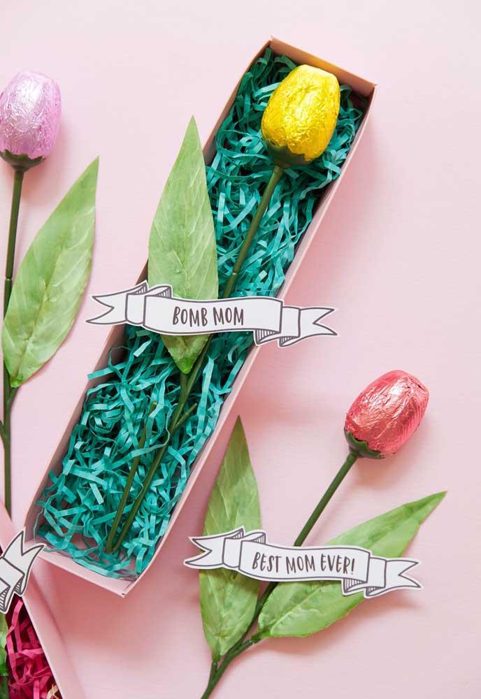 Na decoração dia das mães na escola você pode preparar algumas rosas de chocolate e colocar em caixinhas. Elas podem ser entregues para as mamães quando chegarem no evento.