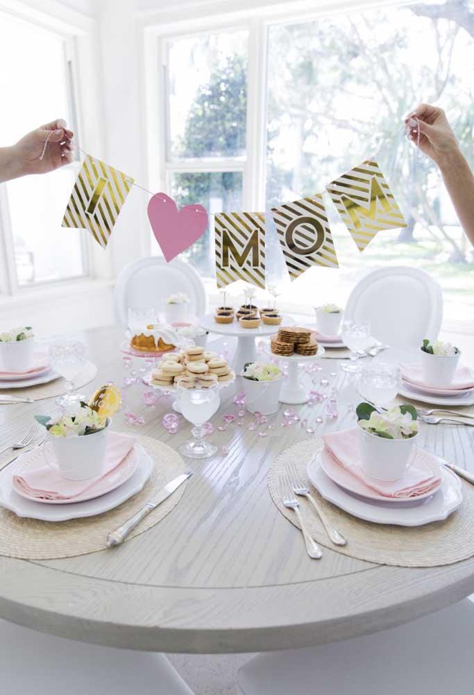Para fazer a decoração mesa dia das mães, espalhe alguns cristais, coloque as guloseimas em bandejas e pendure um letreiro.