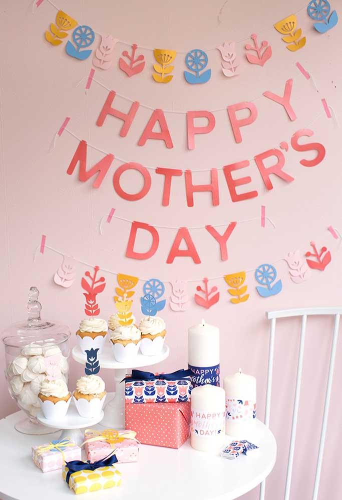 Use papel de diferentes modelos e cores para preparar uma decoração especial para o dia das mães.