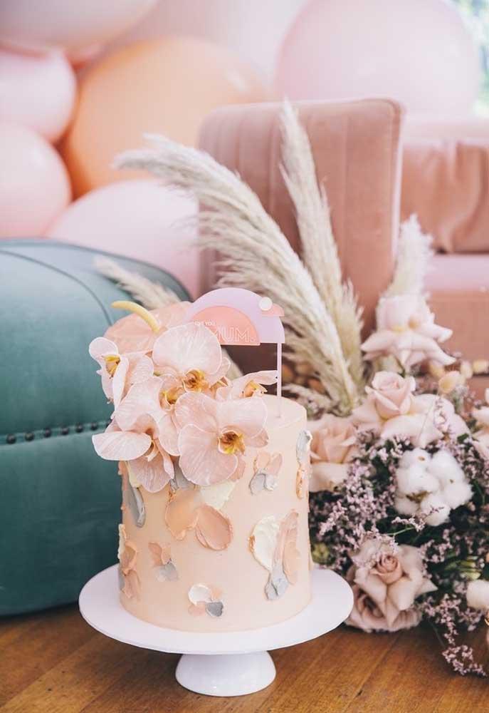 Para decorar o bolo dia das mães, nada melhor do que usar flores.
