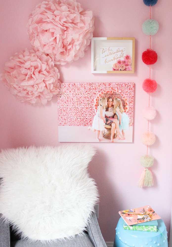 Que tal preparar um cartaz dia das mães com fotos, flores e quadros?